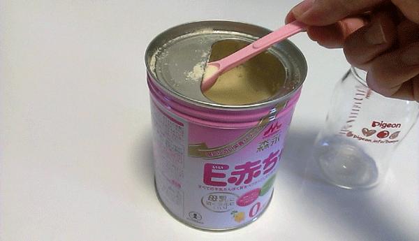 哺乳瓶と粉ミルクの写真