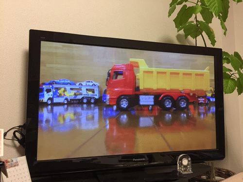 トミカのユーチューブ動画をテレビで見ている画像